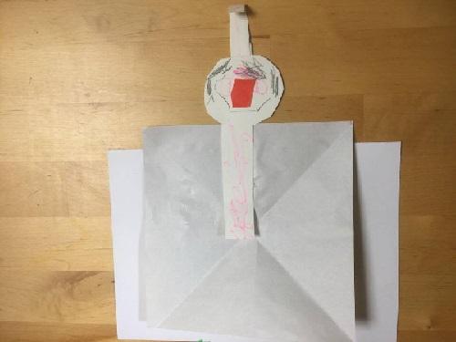 お内裏様も同じように。顔は紙の真ん中に置きましょう。