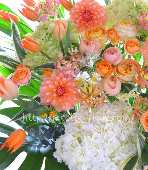 チューリップや春の花いっぱいのアレンジメント
