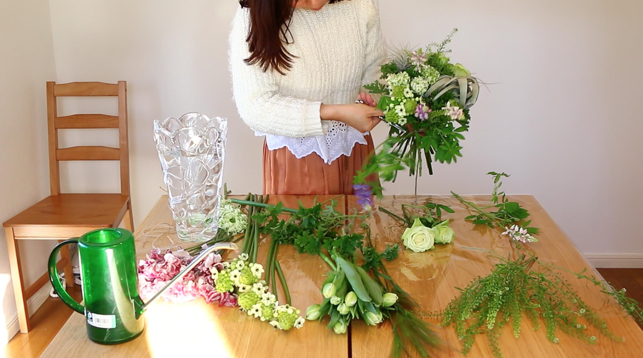 淡い色合いのルピナスや小花が入っていきます。