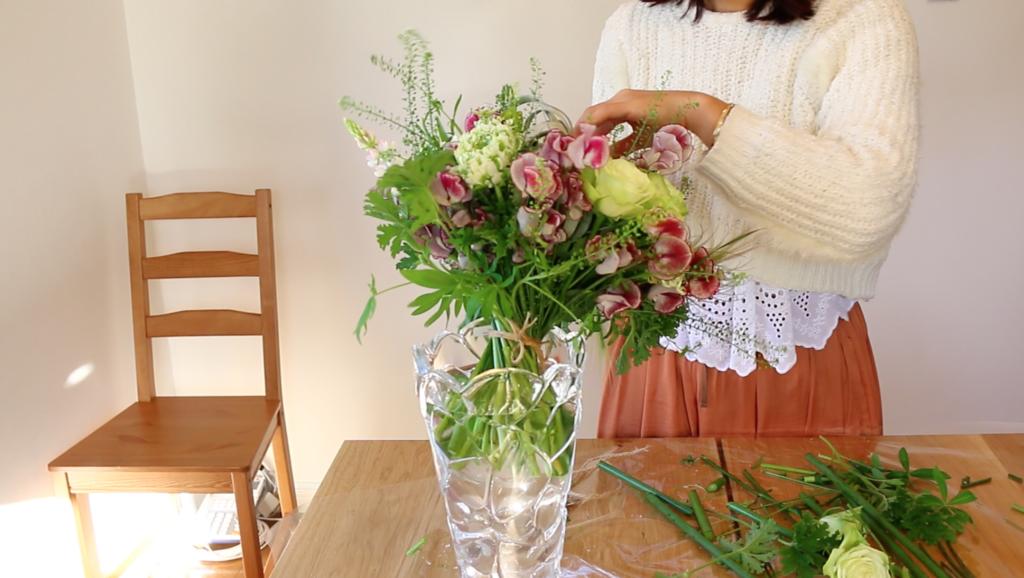 最後に花瓶に生けて完成です!  生けるときには、余った太い茎を花瓶にはめて角度をつけて、飾ると格好がつきます。
