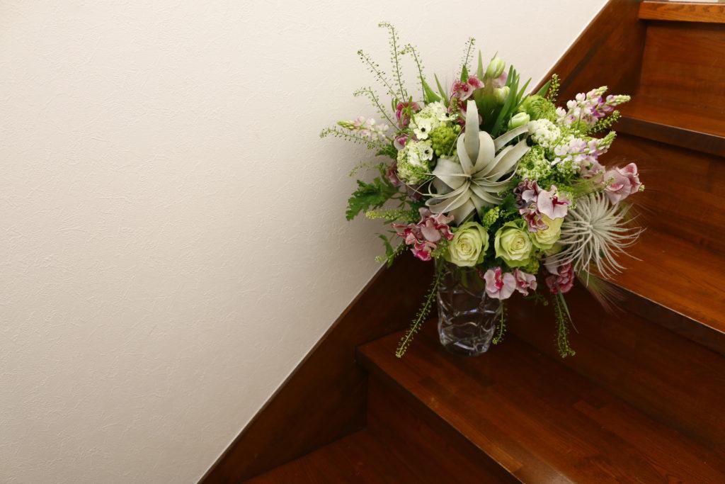 「LOVEGREENらしい色合いの花材を選んできました!」と想いのこもったブーケです。