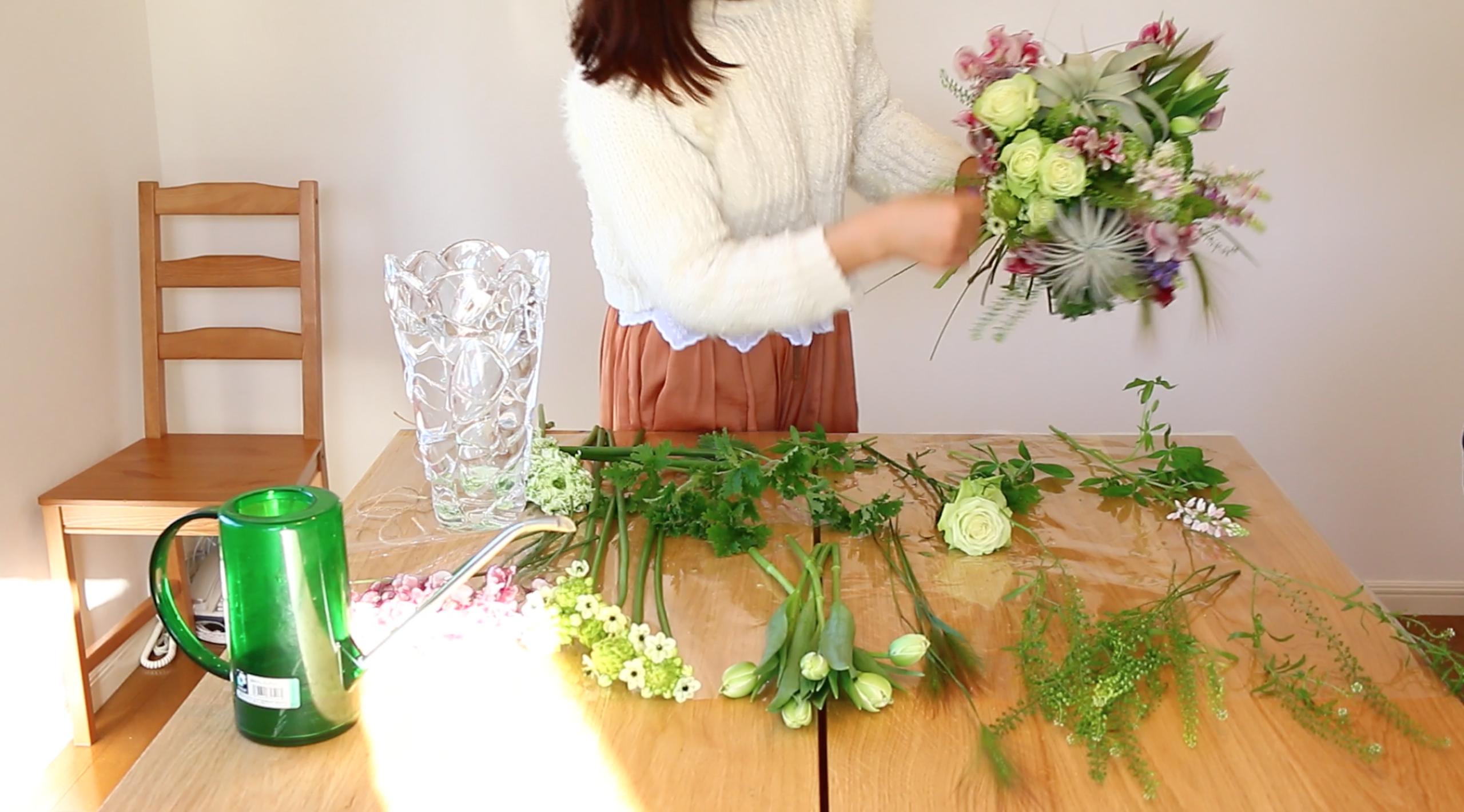 少し段差をつけたり、同じ花材で一か所に固めたり(グルーピング)するとブーケに動きが出てきますね。