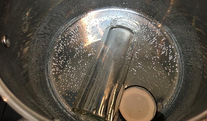 ハーブチンキの保存瓶の消毒  保存用の瓶を煮沸消毒します。保存用瓶は完全に水気がなくなるまで乾燥させ、無水エタノールを瓶の内側に噴霧して消毒します。  エタノール消毒した後も煮沸消毒とおなじように完全に乾燥させましょう。この手間を決しておろそかにしてはいけません。このプロセスが清潔なチンキ作りの基本となりますのでしっかり行いましょう。