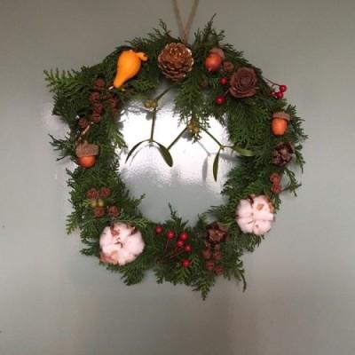 昨年のクリスマス時期には、「シダーローズ」を使って、自己流で玄関とリビングに飾るものを作りました。両方とも、シダーローズ以外に他の種類の松ぼっくりやどんぐり、コットンやフォックスフェイス(観賞用のナス)、100円ショップで購入した花資材(ピック)を使用しました。