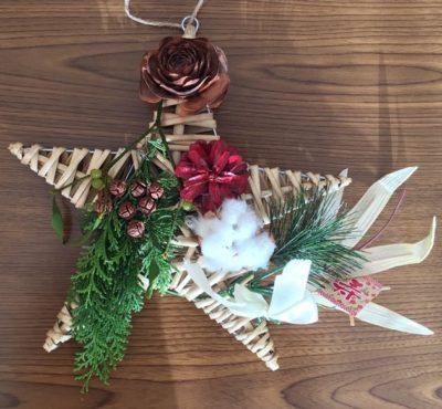 星形リースにシダーローズ・ヒノキとヒノキの松ぼっくり・染色した松ぼっくり・コットン・100円ショップで買った「寿」ピックを飾りました。
