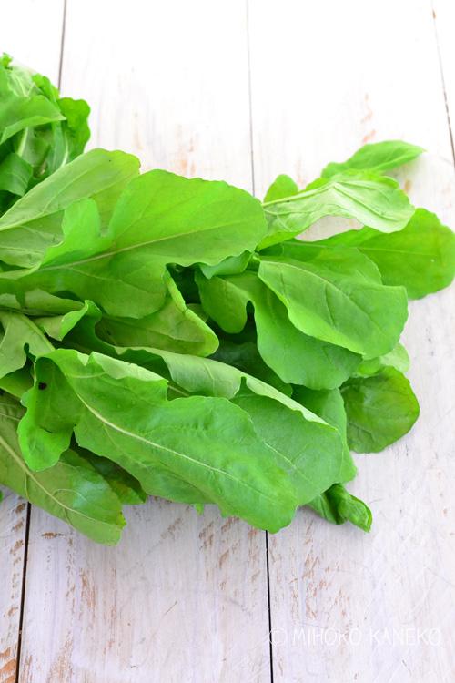 こちらは八百屋さんで買った「ルッコラ」最近は、八百屋さんやスーパーでも見かけるようになりました。葉っぱは、丸めの形です。