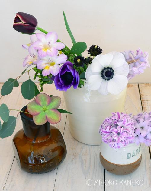 使った花は、春の球根花、チューリップ、アネモネ、ヒヤシンス、ラナンキュラス、フリージア。それにユーカリをプラスしました。
