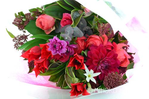 花屋さんが「水あげ処理」をしっかりしてから束ねているので、花が元気なようなら、茎を少し切って花瓶に生ければ大丈夫です。帰宅後、できるだけ早く花束をほどいて、花瓶に生けてあげてください。
