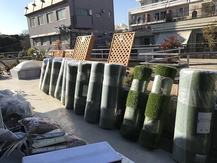 今回13ロールの人工芝の他にも、ラティス・園芸資材を提供していただきました。ルーフバルコニーに人工芝がぎっしり。これからどのように変化していくのか楽しみですね。