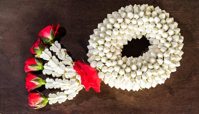 タイでは、シリキット国王妃の誕生日(8月12日)が母の日とされています。1932年生まれのシキリット国王妃は今年で87歳!タイでは曜日ごとテーマカラーがあります。日曜:赤 月曜:黄 火曜:桃 水曜:緑 木曜:オレンジ 金曜:青 土曜:紫色 。そして生まれた曜日のカラーを大切にする慣習があり、シキリット国王日の生まれた曜日は金曜日だったために母の日には「水色」を身に着けたり、飾りつけに使ったり、包装紙に使ったりとテーマカラーにされているそう。プレゼントするものはジャスミンで作った花輪。タイではジャスミンは一年中咲いており、また純白で、遠くにいても香りが届きます。母から子供へ、絶えることのない純粋な愛情をそれに重ねて感謝の気持ちで贈られるそうです。
