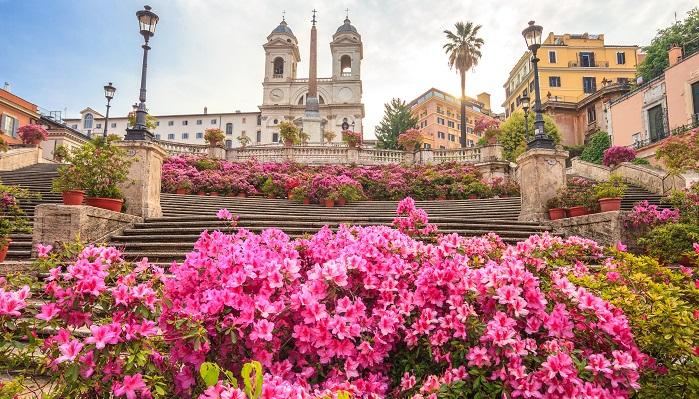 母の日はやはり5月の第二日曜日。ママ大好きの国、イタリアはマンミズモ(マザコン)な男性が普通なんだとか。ショックなことがあった時、英語ではオーマイゴット!(神よ!)と言いますが、イタリアではマンマミーア!(母よ!)。この場合の母は、自分の母ではなくキリストの母、マリアさまなんだそうです。キリストよりも彼を産んだ母が尊い!ということなんでしょうか。贈るものは日本と同じように鉢植えの花が多いのですが、カーネーションはお墓参りの時に用いることが多いため、ミニバラやアジサイの鉢植えが人気だそうですが、最近は慈善団体のイタリアの癌研究協会(AIRC)がアザレア(ツツジ)を販売していて、売上金は研究費に使われるそうですが、母の日のプレゼントとして定着してきているようです。
