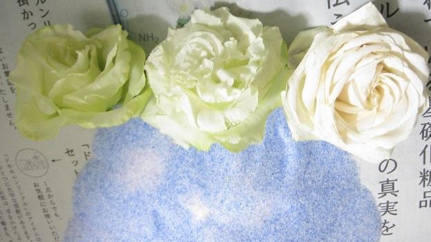 白バラも緑のカーネーションも、ほぼ生花のままの色合いにできました!