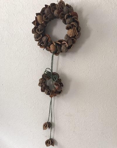実は2つ1体でこのような作品になっています。ドアなどに引っ掛けて飾れ、ただの殻も大変身!