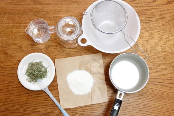 ・粉の純石鹸 50g (純石鹼以外に炭酸塩という表記がありますが、これは石鹸の働きを助けるアルカリ助剤という成分です。) ※使用する石鹸は必ず純石鹸の粉を使用してください。合成洗剤で作ってもプリンのようなゲル状にはなりません。  ・お湯  500ml  ・ローズマリー 適量(ドライをひとつかみ程) ※お好みのドライ又は生のハーブをご用意ください。