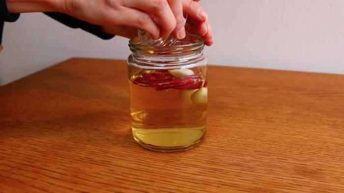 6.種を取り除いたトウガラシとつぶしたニンニクを純米酢に加え、30~60日間漬け込んだら完成です。