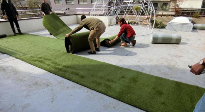 実際にカインズの人工芝を広げてみると、本物の芝のように美しい。  この人工芝は、エメラルド・オリーブ・グリーン・イエローの4色で配合されているため、立体的にみえるような作りになっているようです。だからこそ、本物の芝ような美しさ。  人工芝をスタッフみんなで敷き始めます。