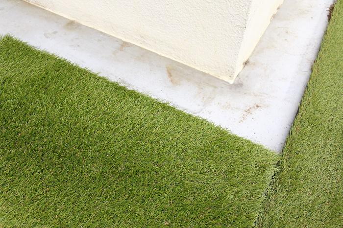 人工芝の裏にはキレイに切れやすいように点々があるので、簡単にカットできました