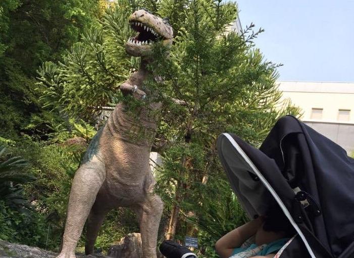 南園の外に一体だけ恐竜がいます。