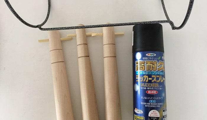すりこぎ棒に紐通し穴があったのでスツールの補強にもなるかと思い割り箸挿しました。フラワースタンドの方は黒光りしているのが気になったので家にあったツヤ無しのマット黒スプレーで塗装します。