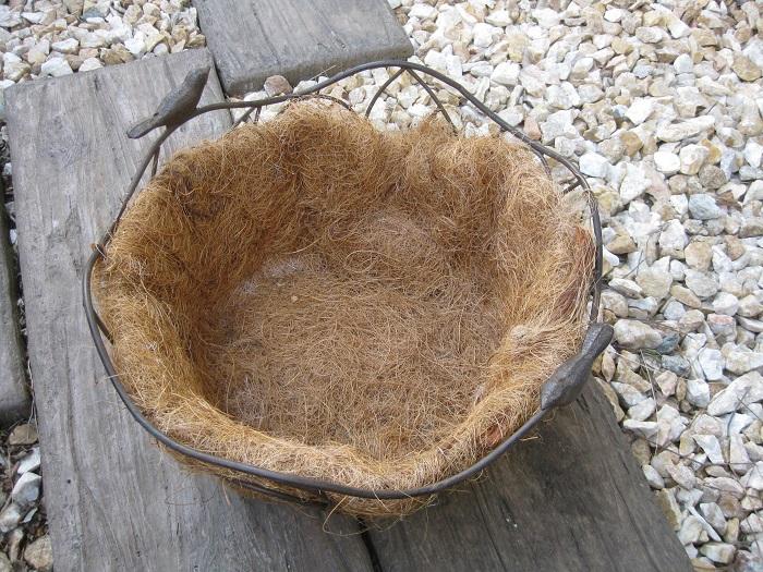 お好みの鉢(今回の器は直系約27㎝)、肥料入り培養土、苗6ポット、不織布、ハサミなど