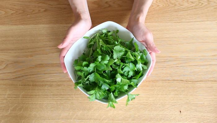 パクチーをきれいに洗い、しっかり水分を切ります。お好みの生野菜を切って用意しておきます。