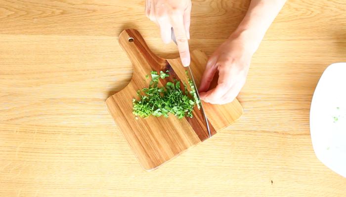 この時パクチーを細かく切った方が野菜をパクチーディップにつけるときにとてもつけやすくなりますので、しっかり刻んでいきましょう。