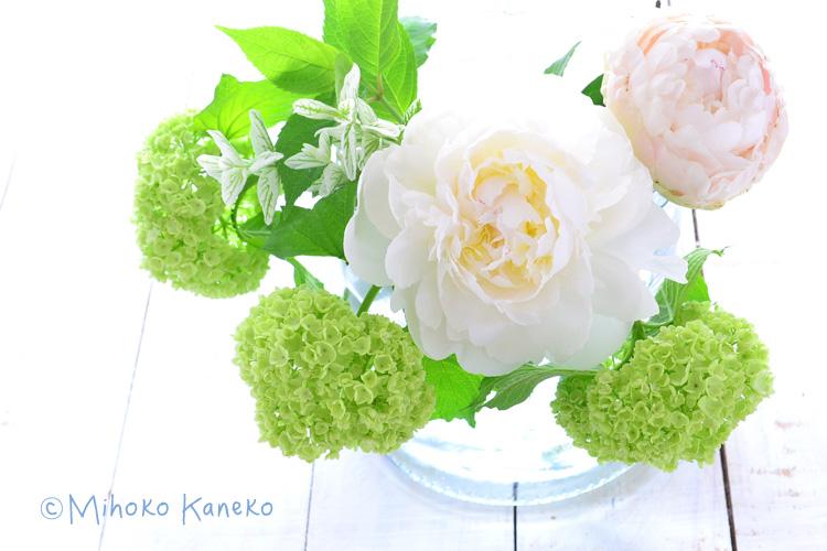 白いシャクヤク、同じく初夏の花・ビバーナム(枝もの)、ペインテッドセージ。