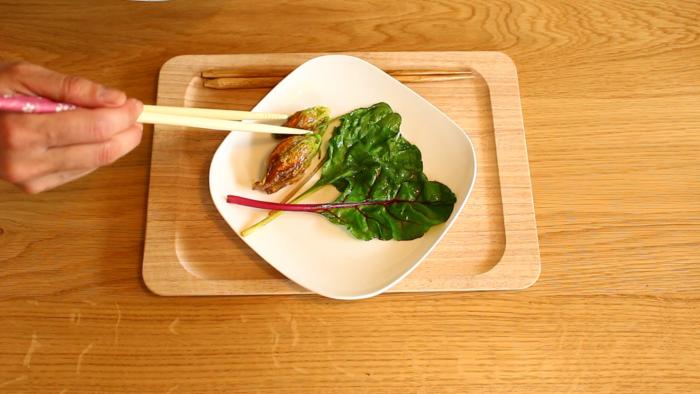 4.フライパンにオリーブオイルをひいて、火が通ったらお皿に盛り付けます。
