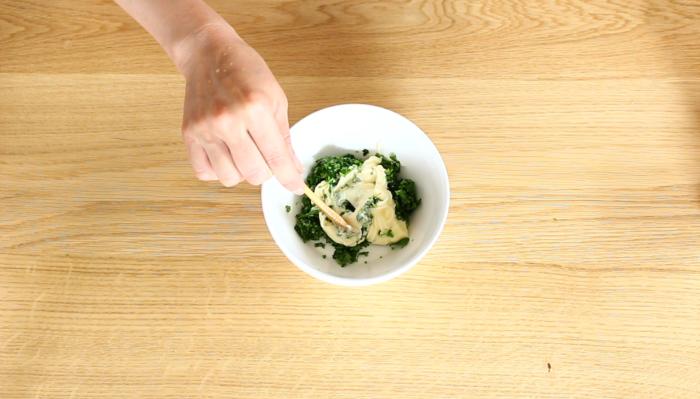 刻んだパクチーに少し塩をかけ、少し置いておきます。水分が出たところで軽く水気を絞り、マヨネーズと合わせます。お好みでコショウまたはコリアンダーを加えてください。