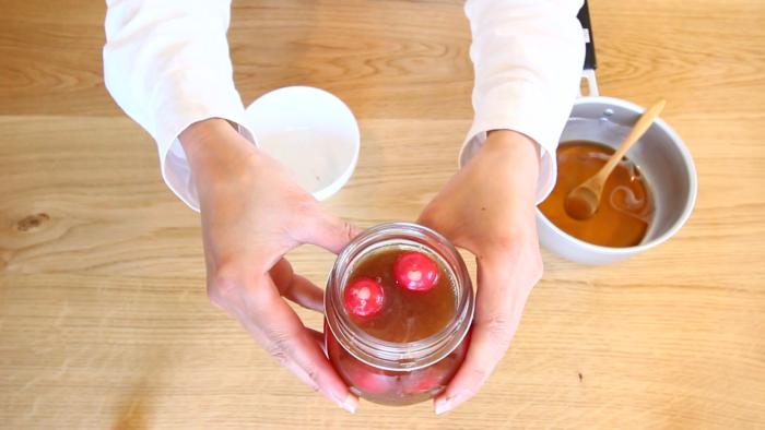 3. ラディッシュの水気を切り、2の液に漬け込みます。