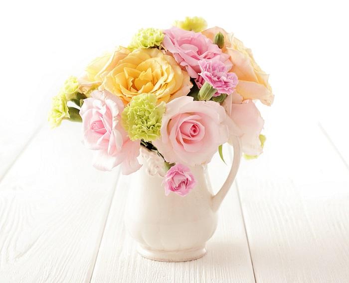 もちろん、お花屋さんでは一輪からでもラッピングしてもらえます。可愛らしい雰囲気が好きなお母さんには、丈が短いブーケタイプの花束がおすすめ。何種類かのカーネーションをメインに、バラや小花、グリーンと合わせてお花屋さんにふんわりしたラウンドブーケを作ってもらうのも素敵です。