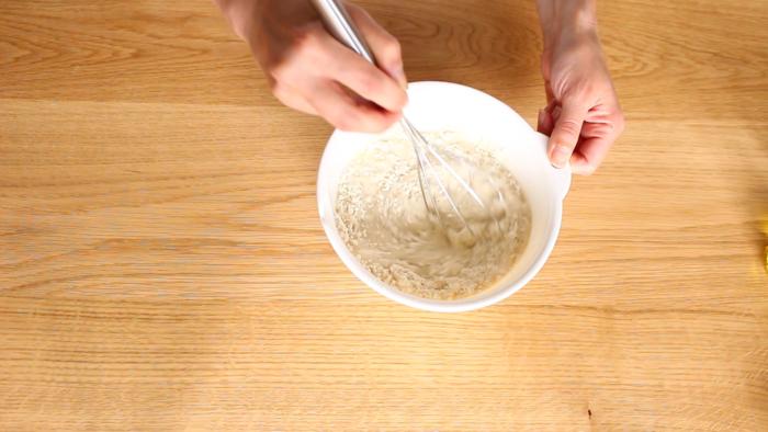 2.ボウルに小麦粉を入れ、水と塩、オリーブオイルを加えて混ぜブリートの生地を作ります。チーズにも塩分があるので、塩の料理はお好みで調整してください。