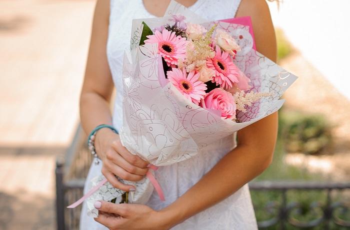 花姿を茎の美しさまで楽しみたいお母さんには、丈を生かしたロングタイプの花束がおすすめ。ロングタイプの花束は本数が少なくてもラッピングした時にボリュームが出てお得感がありますよ。