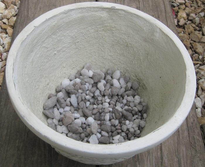 鉢に鉢底ネットを敷き、その上に鉢底石を入れます。(鉢の高さの5分の1くらい)