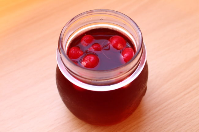 アレンジレシピとして、漬け込んでいた残りのピンクの液体を使ってドレッシングを作りましょう。