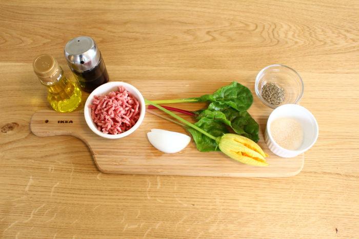 ・花ズッキーニ ・ひき肉 ・玉ねぎ ・塩 ・コショウ ・醤油 ・オリーブオイル ・添え野菜(スイスチャード)