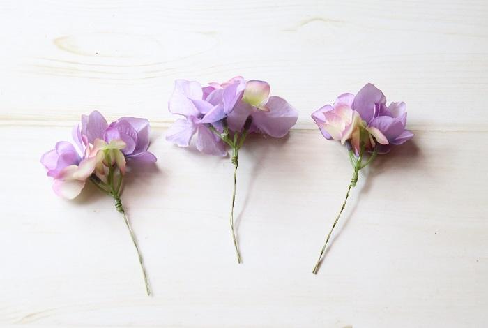 ワイヤーをU字にして紫陽花の茎にひっかけて沿わせ、一本のワイヤーを軸にして巻きおろします。 この作業をワイヤリングといいます。