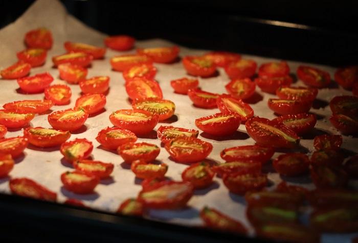 ミニトマトから水分が蒸発し、しわしわになってきたら、お好みの乾燥具合でオーブンから取り出します。