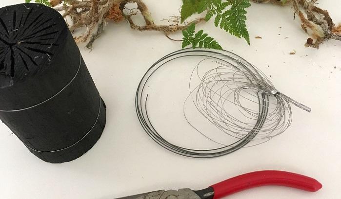 *菊炭と細いワイヤーとちょっと太めのワイヤー、黒い糸、ペンチ、ハサミなどです。(今回は事前に菊炭が割れて分解してしまわないように細めのワイヤーで2周固定しておきました。)