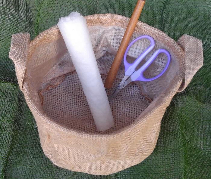 ・100円ショップの麻袋 ・不織布(無しでも作れます。) ・鉢底石 ・肥料入り培養土 ・土入れ ・はさみ ・キリなど穴をあけられるもの ・油性のカラーペン、クレヨンなど ・9㎝ポット苗3つ
