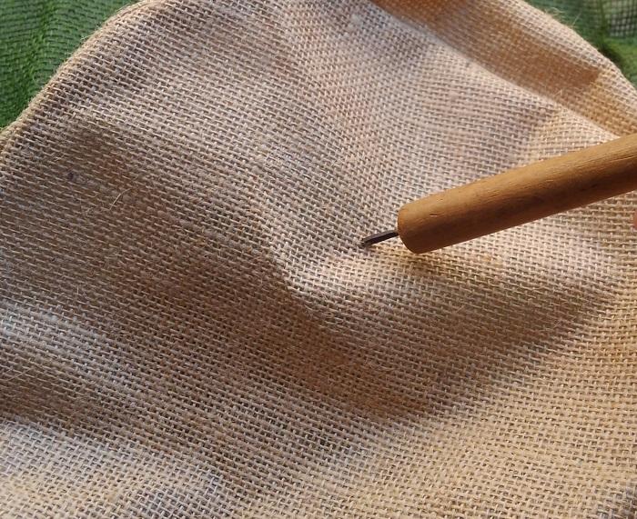 麻袋の底に、キリなどで30個ほどの穴を開けます。これは、排水用の穴になります。不織布を使って植え付ける場合は、土が流れ出る心配がないので、麻袋の底にハサミで3個くらい直径1㎝くらいの丸い穴を作ってもいいですね。