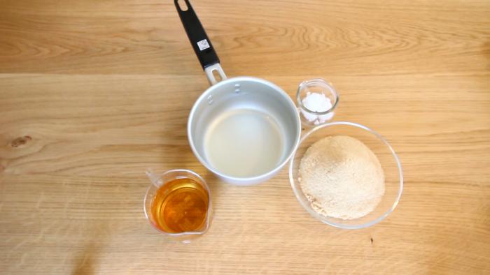 2. 米酢と砂糖、塩を合わせ、鍋に入れ砂糖が溶ける程度に火にかけます。