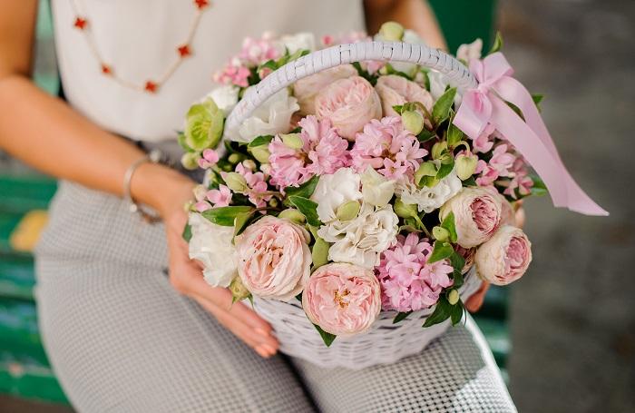 生花のフラワーアレンジメントは、吸水性スポンジに花が挿してあるのでそのまま飾ることができ、水替えなどの手間もかかりません。フラワーベースがあるかどうかの心配も不要。気軽に飾って心が華やかに癒されます。