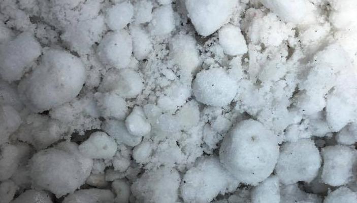 パーライトとは、ガラス質の火山岩を高温加熱し急激に蒸発させて作られています。水分が蒸発して気体になったことから多孔質の構造になっています。  園芸で使用されるだけでなく、保温、断熱性も高く、耐火性もあることから建築材料などにも使用される汎用性の高い製品です。