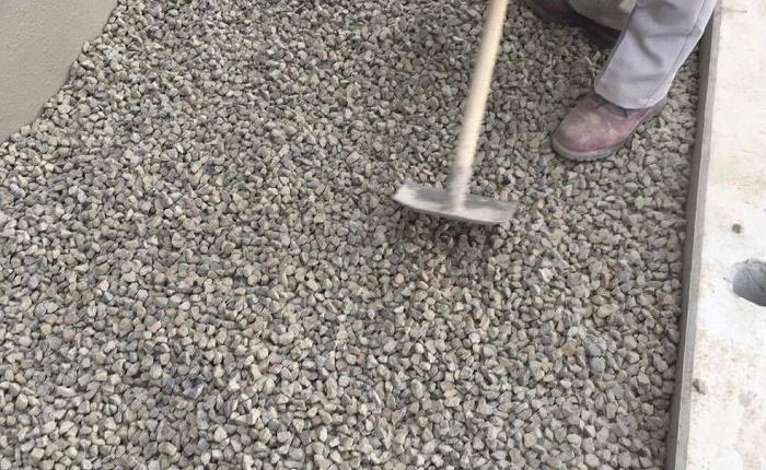 ①シートがズレて隙間ができないよう注意します。  ②砂利を敷く厚みを「土ならし」などで均一にしてシートを見えなくします、これはシートを保護する意味もありますので丁寧に行いましょう。  お庭の印象がおおきく変わる砂利の施工に合わせて、飛び石を入れてみたり、新しい植物を植えることで、華やかな印象に変身します!