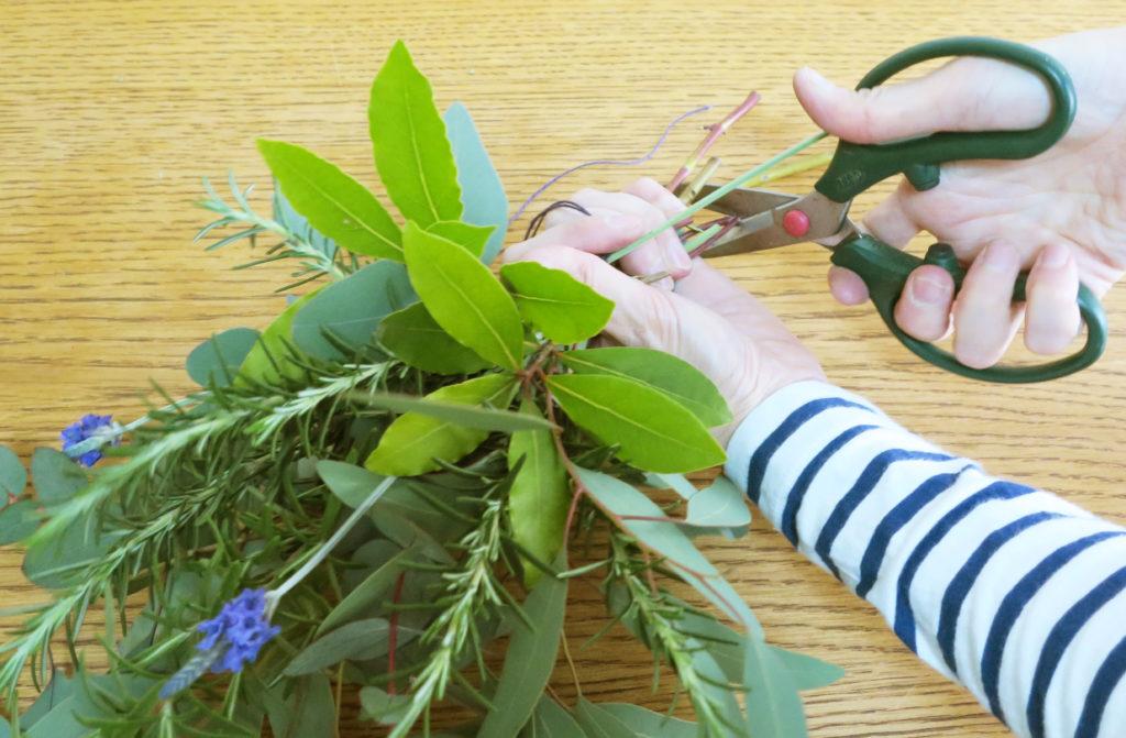 枝を切って整え、ラフィアなどで装飾する。