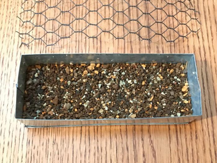 ①土台となる器に2〜3cm上を開けて、土を入れます。