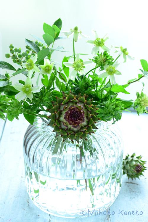 今回はアーティチョークと初夏に咲く宿根草のアネモネ・バージニアナとブルーベリー、原種のバラ・グリーンローズを使って涼やかな雰囲気で、ガラスの花瓶にアレンジ。