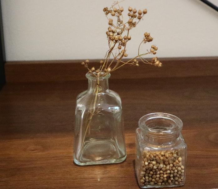 小瓶の中に乾燥材を入れるとコリアンダーが長持ちします。粒コショウと同じようにミルでひいて、魚や肉料理の風味付けにお使いください。  もちろんそのままドライシードとしてお部屋に飾ってもOK!