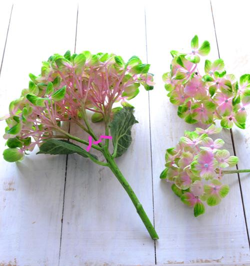 あじさいを裏側から見ると、下の写真のように花の房が枝分かれした形状がいくつかついて、一輪の花となっています。茎の長さがある場合は、分解しないで一輪挿しに飾ってみるのもよいですし、茎が短い場合は、花を分解して小さなアレンジを作ってみるのもおすすめです。